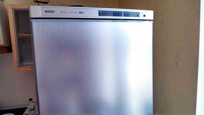 Закрытый холодильник Bosch пищит