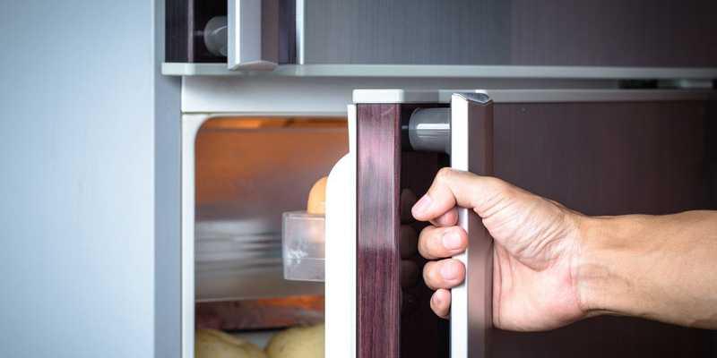 Неплотно закрытая дверца холодильника