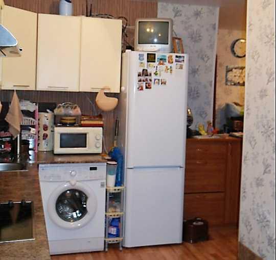 Холодильник возле стиральной машинки