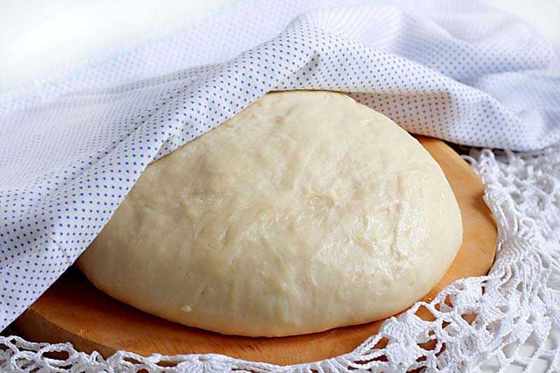 Дрожжевое тесто на скатерти