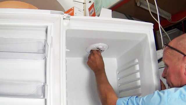 Замена неисправной лампы в холодильнике