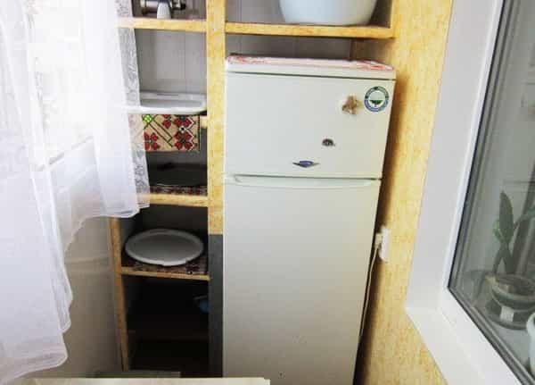 Холодильник на утеплённом балконе