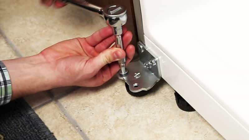 Как правильно перевесить дверцу холодильника
