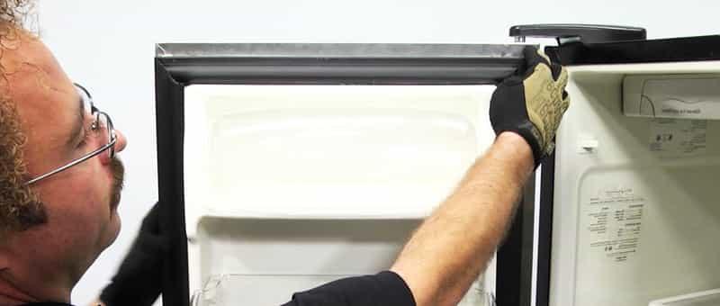 Как самостоятельно снять дверцу холодильника