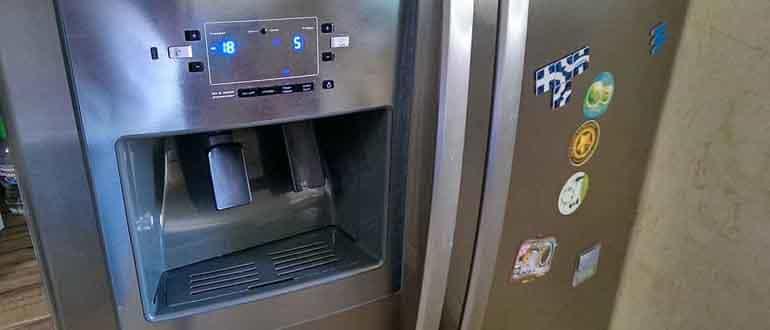 Почему холодильник щёлкает?