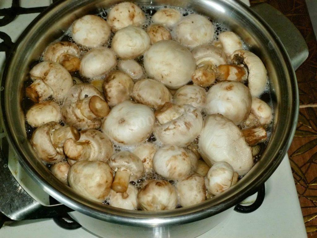 Варёные грибы в кастрюле