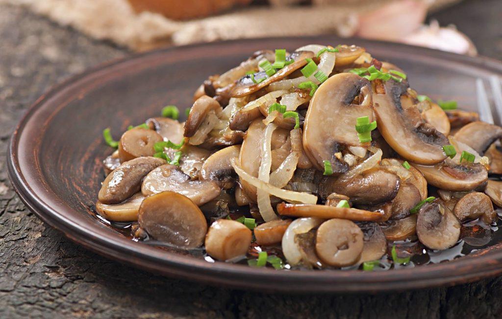 Жареные грибы с белым и зелёным луком