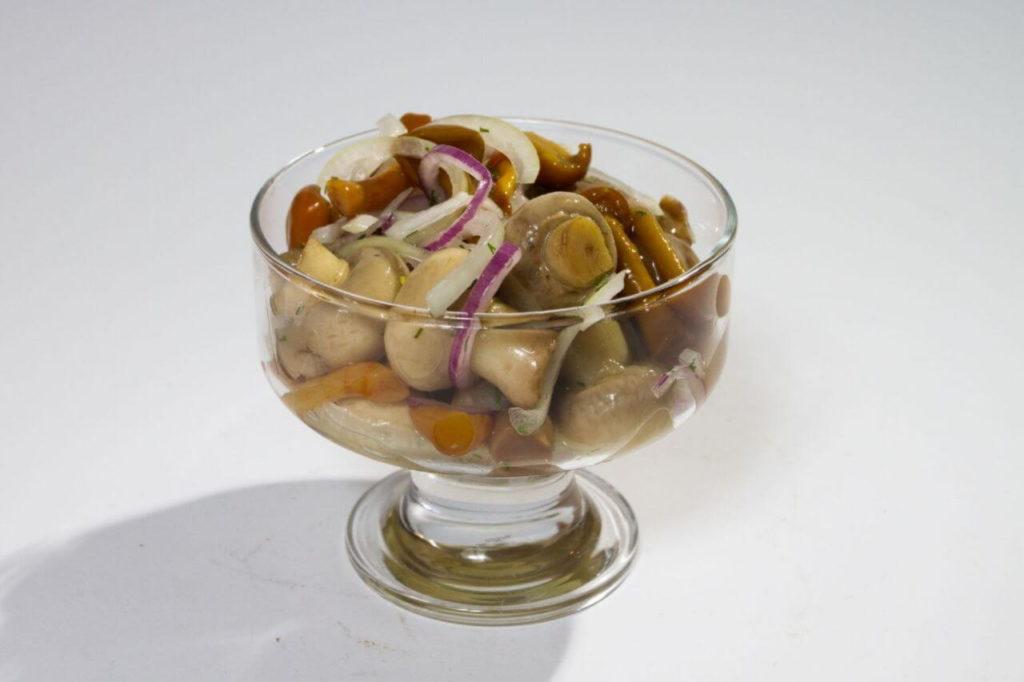 Маринованные грибы в стеклянной посуде