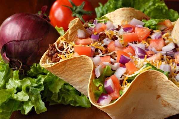 Овощной салат в корзиночке из лаваша