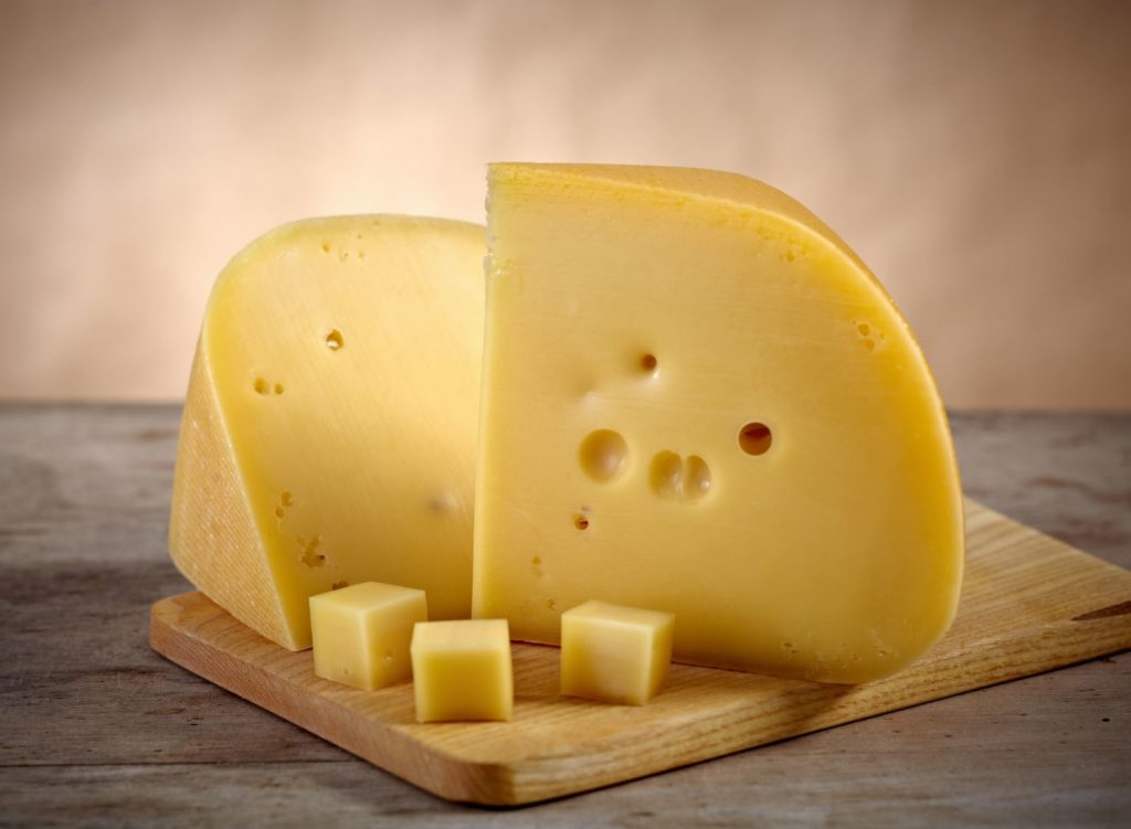 Хранение полутвёрдого и твёрдого сыра в холодильнике