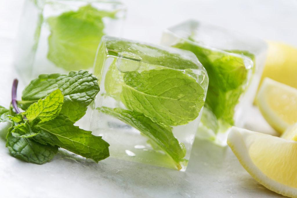 Заморозка мяты в формочках для льда