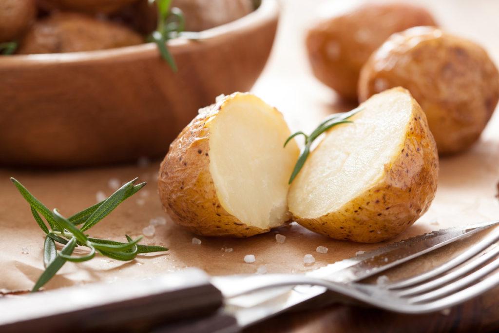 Картофель в мундирах, приправленный зеленью