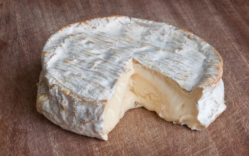 Как хранить мягкие сорта сыра в холодильнике
