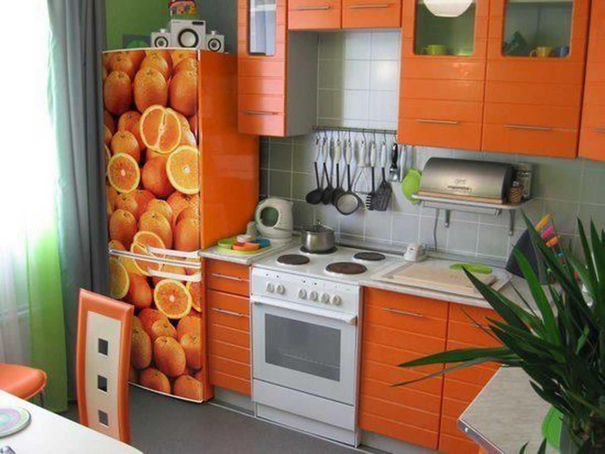 Декор бытового холодильника виниловыми наклейками
