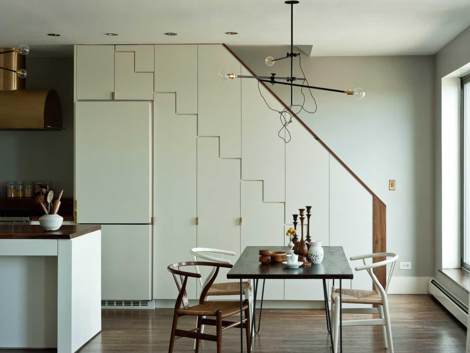 Установка холодильника под лестницей
